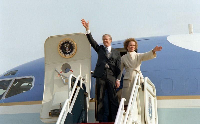 Jimmy Carter z żoną machają przed wejściem do samolotu 4 lata po polskiej wpadce prezydenta (zdjęcie udostępnione przez US Air Force domena publiczna).
