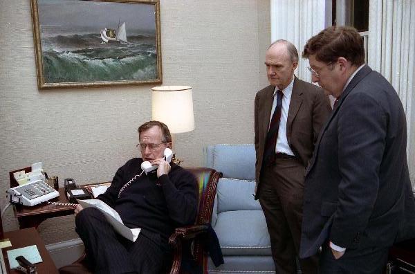 Bush senior z takim sposobem siedzenia w Chinach nie zrobiłby dobrego wrażenia... (źródło: White House Photo Office, domena publiczna).
