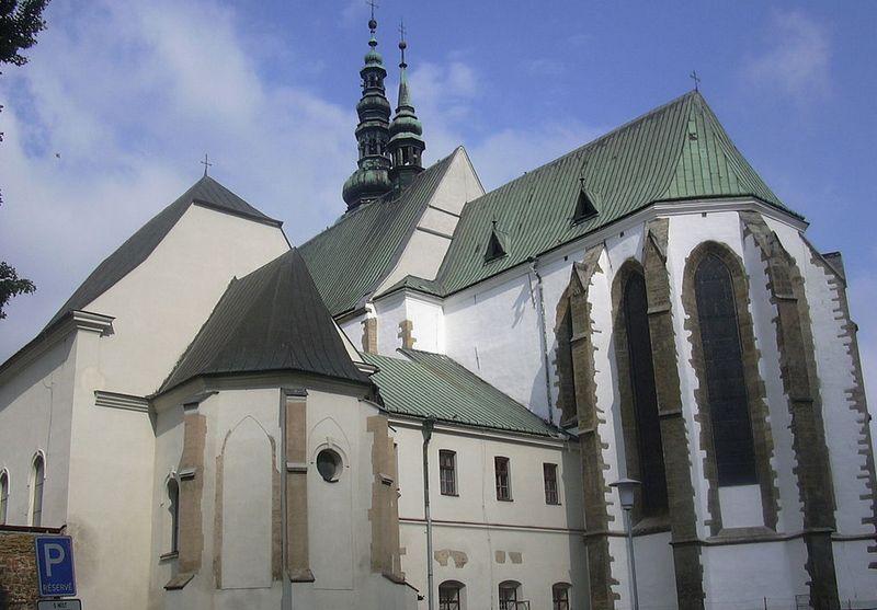 Kościół w Prostějovie oraz kaplica Świętego Krzyża (z lewej). To właśnie w niej odnaleziono pochówek wampiryczny (fot. Pernak; lic. CC ASA 3.0).