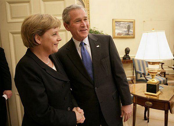 Angela Merkel i George W. Bush w Białym Domu na dwa miesiące przed pamiętnym szczytem G-8. Czyżby już planował atak na szyję pani kanclerz? (fot. Eric Draper, domena publiczna).