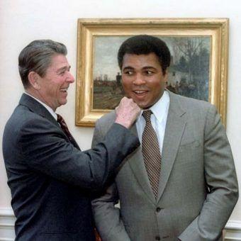 """Prezydent Reagan """"boksuje się"""" z Mohammadem Alim (zdjęcie pochodz z Ronald Reagan Library, domena publiczna)."""