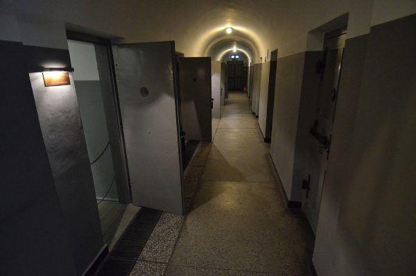Więzienny korytarz na Pawiaku, dziś muzeum (fot. Adrian Grycuk, CC BY-SA 3.0 PL).