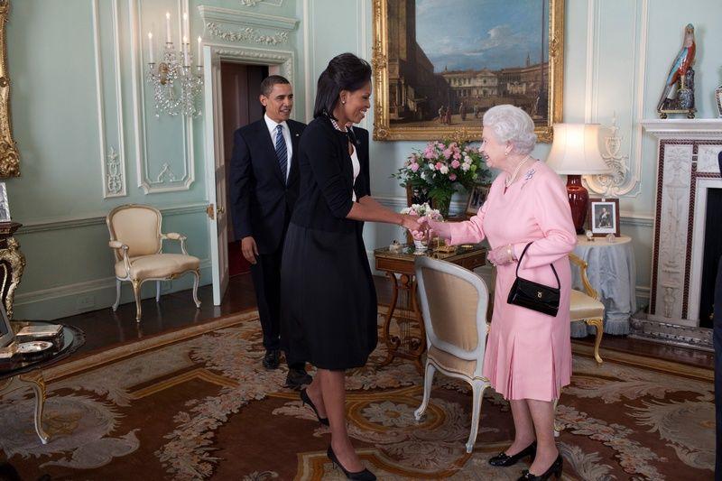 Państwo Obama witają się z królową w Pałacu Buckingham 2 lata przed wypełnioną gafami wizytą (Official White House Photo, autor Pete Souza, domena publiczna).