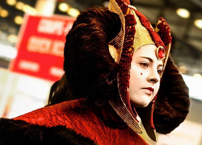 """""""Więc tak ginie wolność. Przy burzy oklasków"""". Cosplayerka jako Padmé Amidala na Expo 2012 we Francji (fot. Katunechan, lic. CC BY-SA 3.0, wikimedia commons)."""