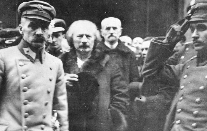 Stanisław Wojciechowski i Józef Piłsudski byli długoletnimi przyjaciółmi i współpracownikami. Wszystko się zmieniło po tym jak Wojciechowski został prezydentem. Na zdjęciu z lutego 1919 roku od lewej Piłsudski, Paderewski i Wojciechowski w przed katedrą św. Jana w Warszawie (źródło: domena publiczna).