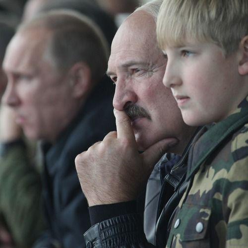"""Kola Łukaszenko z ojcem w Grodnie w 2013 roku (fot. materiały prasowe z książki """"Dzieci dyktatorów"""")."""