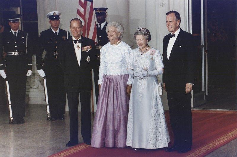 Królowa Elżbieta z mężem oraz George Bush senior z żoną w Białym Domu, rok przed gadającym kapeluszem (fot. Susan Biddle, U.S. National Archives and Records Administration, domena publiczna).