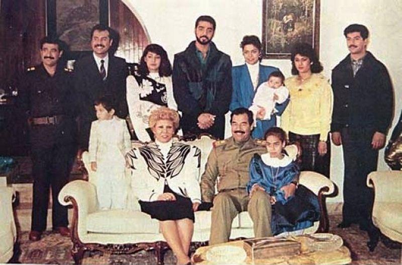 Saddam Husajn wraz z rodziną (źródło: domena publiczna).