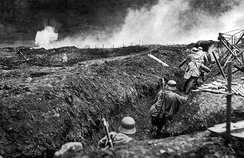 Niemieccy szturmowcy przedzierający się przez okopy w okolicach Sedanu, maj 1917 roku. Jakieś skojarzenia? (źródło: domena publiczna).
