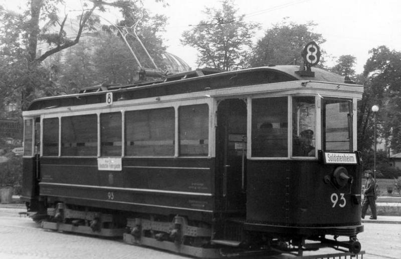 """Krakowski tramwaj linii numer 8, """"Nur für Deutsche"""". Właśnie w miejscach przeznaczonych """"tylko dla Niemców"""" AK stosowała środki masowego rażenia (źródło: domena publiczna)."""