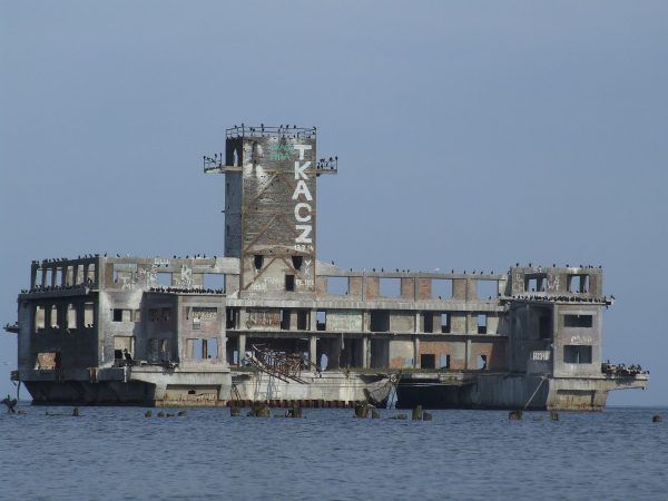 Ruiny niemieckiej torpedowni w Gdyni (fot. Joymaster, domena publiczna).
