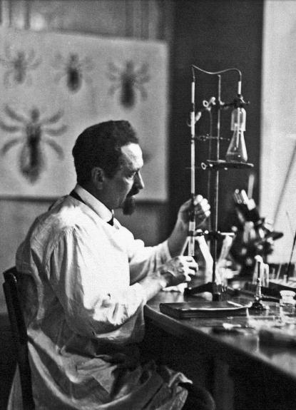 """Polskiemu podziemiu pomagało wielu naukowców. Wśród nich znalazł się Rudolf Weigl – wynalazca szczepionki przeciw tyfusowi plamistemu. Zdjęcie i podpis z """"Wielkiej Księgi Armii Krajowej"""" (Znak Horyzont 2015)."""