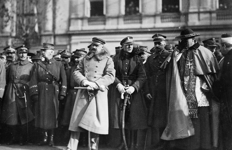 Marię Wojciechowską zdecydowanie raził hulaszczy tryb życia Wieniawy-Długoszowskiego. Na zdjęciu Wieniawa stoi ze szablą na prawo od Józefa Piłsudskiego (źródło: domena publiczna).