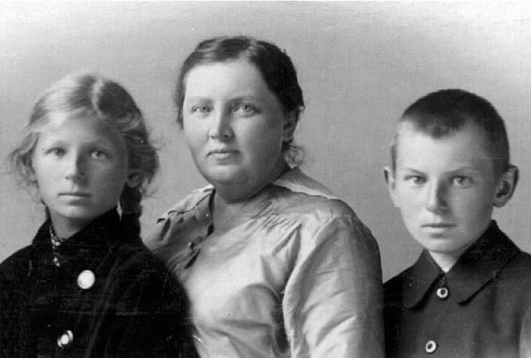 """Dla Marii Wojciechowskiej zapobiegliwość była na pewno powodem do dumy. Na zdjęciu Maria wraz z dziećmi. Fotografia pochodzi z książki Kamila Janickiego pod tytułem """"Pierwsze damy II Rzeczpospolitej""""."""