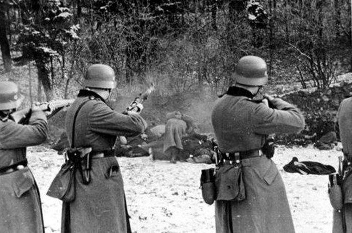 W obliczu wręcz trudnej do wyobrażenia skali niemieckiego terroru Armia Krajowa sięgała po wszelkie dostępne środki w walce z okupantem (źródło: domena publiczna).