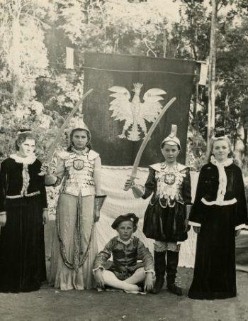 Dzieci biorące udział w przedstawieniu z okazji 11 listopada w Tengeru. Fot. NN, Instytut Polski i Muzeum im. gen. Sikorskiego w Londynie.