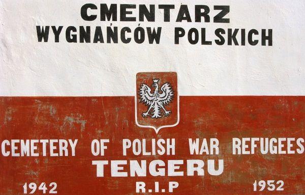 Tablica na murze polskiego cmentarza w Tengeru. (zdjęcie opublikowane na licencji CC BY-SA 4.0, autor Cezary Tulin).
