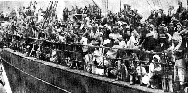 Statek transportujący polskich uchodźców, którzy opuścili ZSRR. 1942 rok. (zdj. domena publ.)