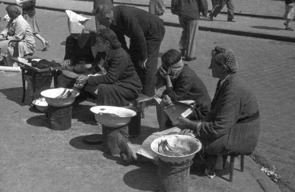 """Kobiety handlujące śledziami. Zdjęcie pochodzi z książki """"Okupacja od kuchni""""."""