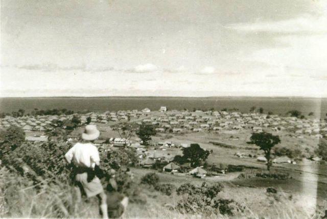 Widok na polskie osiedle Koja w Ugandzie, 1945 r. Zdjęcie pochodzi ze zbiorów Centrum Dokumentacji Zsyłek, Wypędzeń i Przesiedleń.