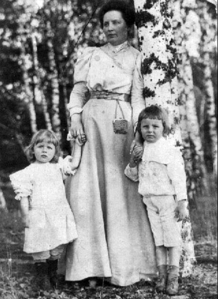 Maria Kiersnowska (a wówczas już Wojciechowska) z dziećmi na fotografii z 1908 roku.