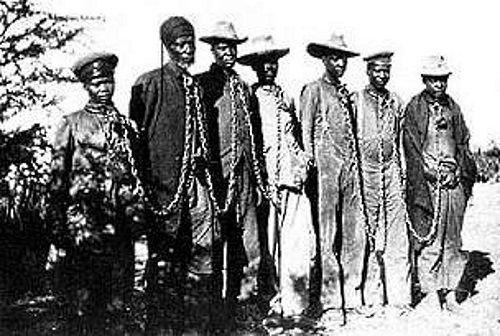 Członkowie plemienia Herero skuci łańcuchami (zdj. domena publiczna).