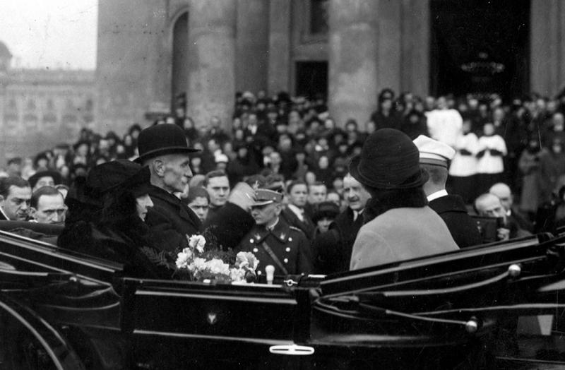 """Maria zapewne powiedziała Wieniawie o tym co myśli na temat postępowania Piłsudskiego wobec niej i jej męża. Na zdjęciu para prezydencka w czasie uroczystości związanych z ich srebrnymi godami. Fotografia pochodzi z książki Kamila Janickiego pod tytułem """"Pierwsze damy II Rzeczpospolitej""""."""