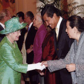 Meksykański ambasador Juan Gómez Camacho wita się z królową Elżbietą II szerokim uśmiechem (fot. Jjgomezcamacho lic. CC BY-SA 3.0).