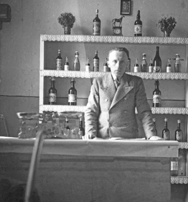 """Każde miejsce było dobre, by pić bimber (fot. z książki """"Okupacja od kuchni"""")."""
