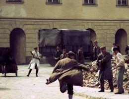 """Na ilustracji kadr z filmu """"Akcja pod Arsenałem"""" w reżyserii Jana Łomnickiego."""
