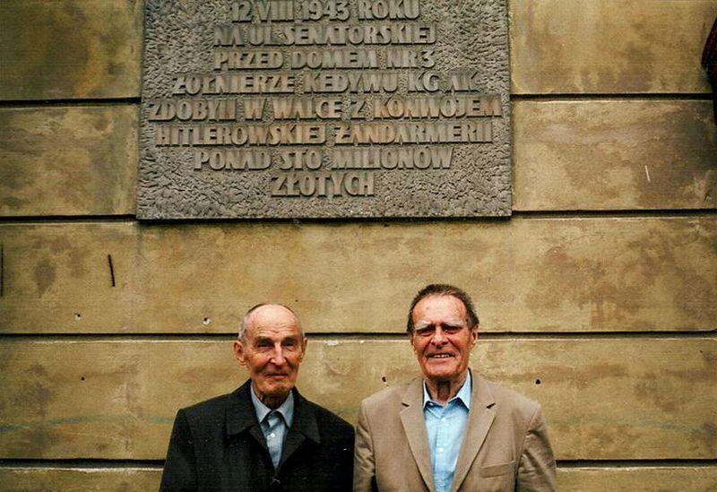 """Uczestnicy akcji """"Góral"""" Tadeusz (z lewej) i Andrzej Żupańscy pod tablicą pamiątkową w miejscu napadu (fot.: Zupan60; lic. CC ASA 3.0)."""