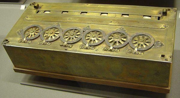 Pascalina – maszyna licząca zaprojektowana przez Blaise'a Pascala (fot. David Monniaux, CC BY-SA 3.0).