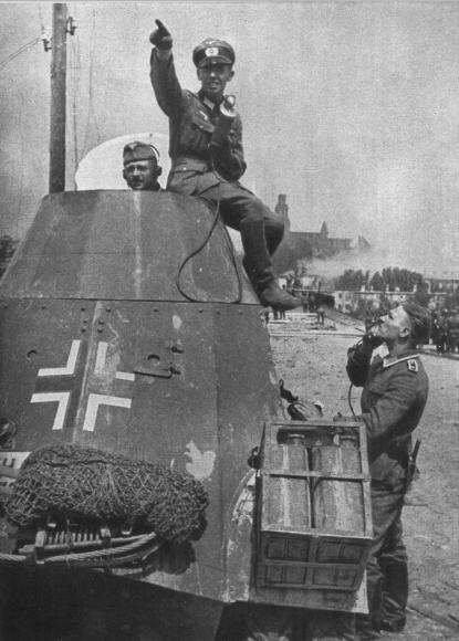 """Horst Slesina w czasie relacji radiowej po zajęciu Grodna. Zdjęcie z książki """"Żołnierze przeciwko śmierci i diabłu""""."""