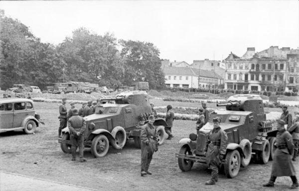 Sowieccy i niemieccy żołnierze oglądają samochody BA-10. M.in. z takimi pojazdami przyszło walczyć polskim kawalerzystom pod Kodziowcami (fot. Bundesarchiv, Bild 101I-013-0068-18A / Höllenthal / CC-BY-SA 3.0).