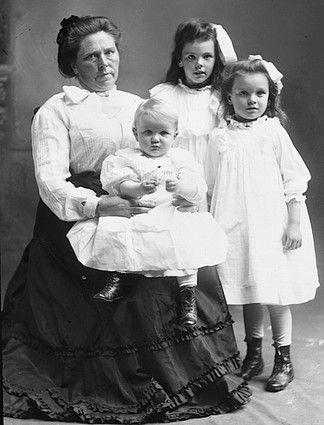 Historia Very Renczi przebija okrucieństwem nawet sprawę Belli Gunness. Na zdjęciu Bella z dziećmi (źródło: domena publiczna).
