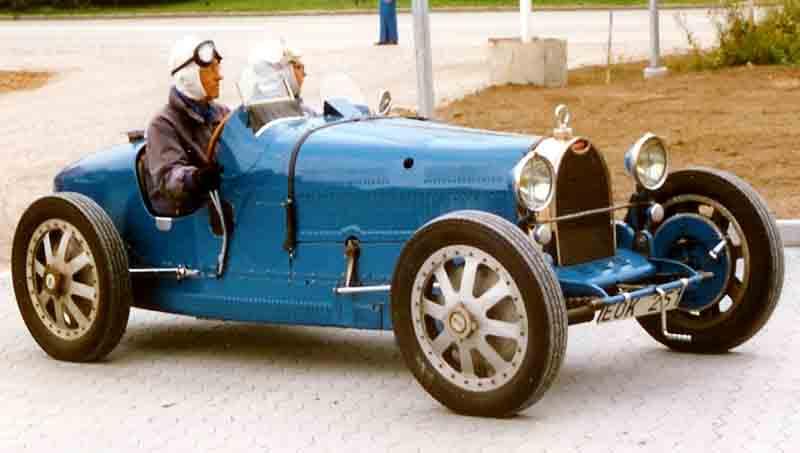 Samochód z epoki, czyli Bugatti Type 35C. Miejmy nadzieję, że kierowca nie był pod wpływem... (autor: Lars-Göran Lindgren Sweden, lic. CC BY-SA 3.0).