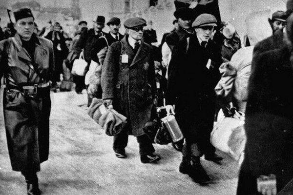 Słowaccy Żydzi przeznaczeni do deportacji pod strażą Hlinkowej Gwardii (źródło: domena publiczna).