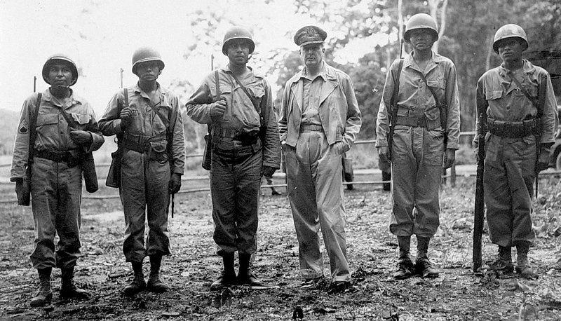Generał Douglas MacArthur z żołnierzami indiańskiego pochodzenia. Dwóch z prawej należało do plemienia Nawaho (źródło: domena publiczna).