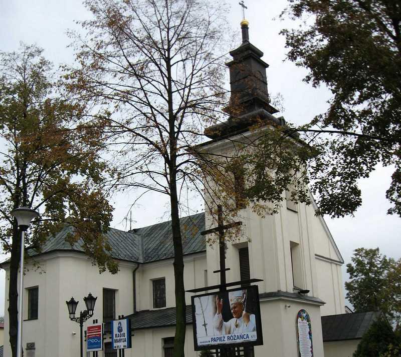 To tu odprawiał w spokoju swoje msze ksiądz Sylwester Zych, dopóki jego życia nie zmienił kontakt z grupą młodych bojowników... Kościół św. Anny w Grodzisku Mazowieckim w 2007 roku (fot. Jan Stradowski, lic. CC BY 3.0).