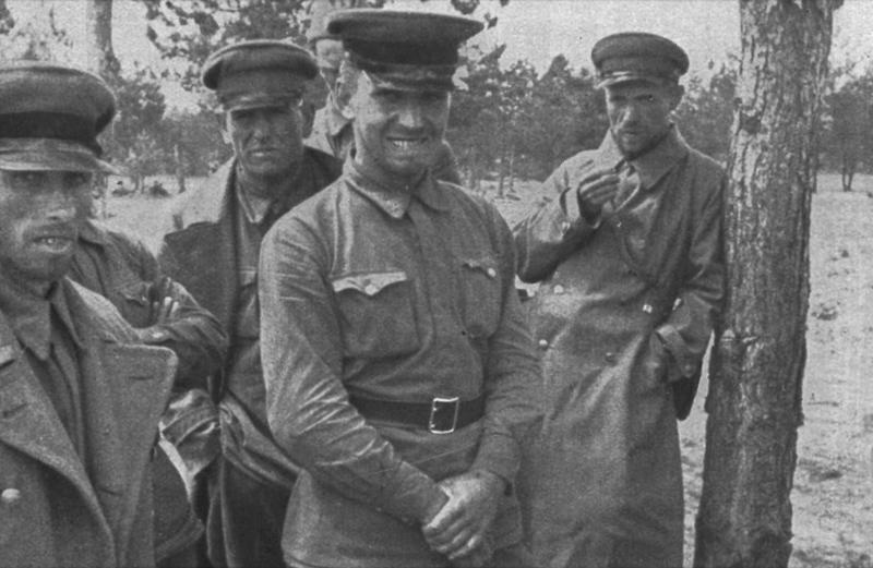 """Twarze, które dają wiele do myślenia – wzięci do niewoli sowieccy oficerowie. Zdjęcie i podpis z książki """"Żołnierze przeciwko śmierci i diabłu""""."""