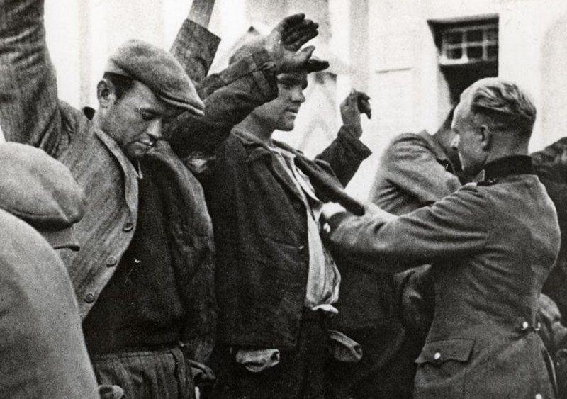 Szef Kripo przy XV komisariacie policji w Warszawie, Feliks Hallerze, był osławionym sadystą, który z lubością torturował osoby schwytane w łapankach. Jego likwidacja przypadła w udziale braciom Bąkom. Na zdjęciu warszawiacy zatrzymani w trakcie jeden z licznych łapanek (źródło: domena publiczna).