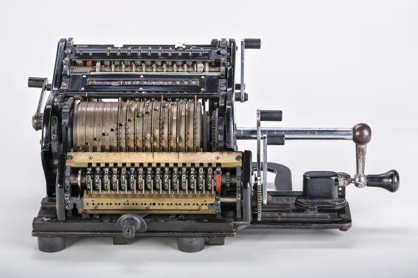 Maszyny liczące z przełomu XVIII i XIX wieku nie były tak zaawansowane jak ten arytmometr z I połowy XX wieku, ale były ważnym etapem w rozwoju techiki (fot. CEphoto, Uwe Aranas / CC-BY-SA-3.0).