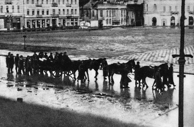 Kondukt pogrzebowy z trumną Franza Kutschery (źródło: domena publiczna).