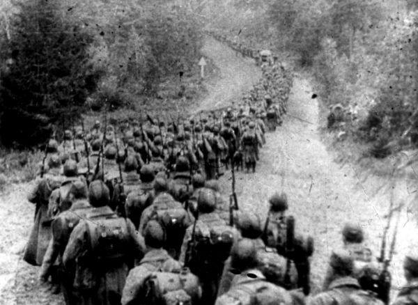 Żołnierze Sowieccy wkraczający do Polski 17 września 1939 roku (fot. domena publiczna).