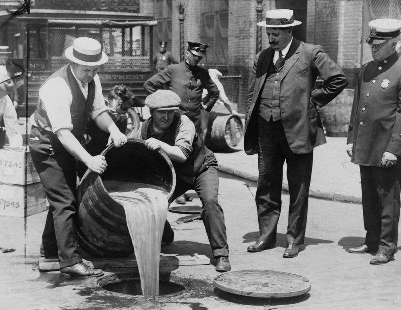 Wylewanie nielegalnego alkoholu w USA. W II RP byli tacy, którym również marzyła się prohibicja nad Wisłą (źródło: domena publiczna).