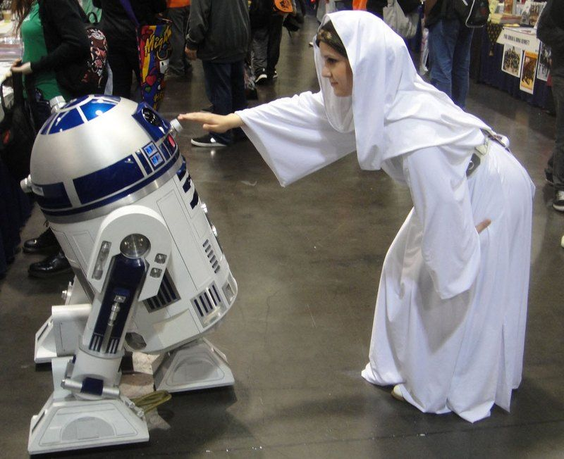 W języku Dine nie było nawet słowa oznaczającego księżniczkę... Cosplaylerka odtwarzająca Leię na WonderComie 2012 dotyka R2-D2 (fot. Doug Kline, The Conmunity - Pop Culture Geek, lic. CC BY 2.0).