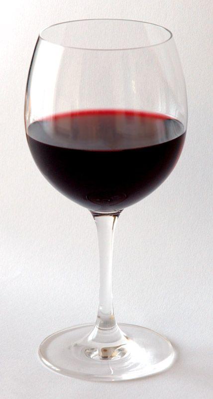 Jak różne znaczenie może mieć lampka wina... Vera raczyła się nim przy mężczyznach, których wcześniej uśmierciła zatruwając im ten napój... (fot. André Karwath aka Aka, lic. CC BY-SA 2.5).