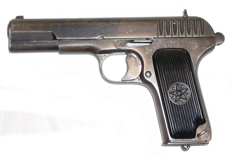 """TT-ka. Młodzi """"AK-owcy"""" właśnie tego typu pistoletem grozili sierżantowi Karosowi (fot. KEN, lic. CC BY-SA 3.0)."""