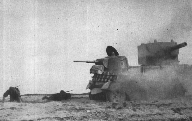 """Żołnierze oddziałów szturmowych w walce z ciężkimi czołgami sowieckimi. Zdjęcie i podpis z książki """"Żołnierze przeciwko śmierci i diabłu""""."""