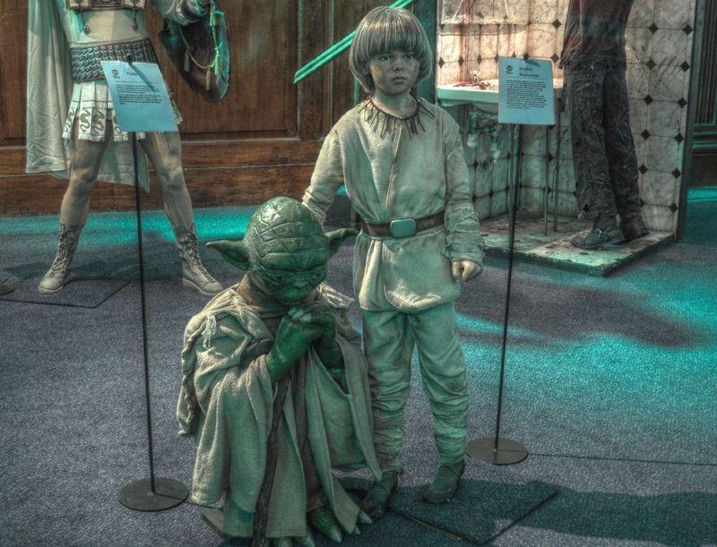 Mistrz Yoda wprowadza młodego Anakina w swe żydowskie interesy? Figurka woskowa na wystawie poświęconej Gwiezdnym Wojnom (fot. Miguel Mendez from Malahide, Ireland, lic. CC BY 2.0, wikimedia commons).